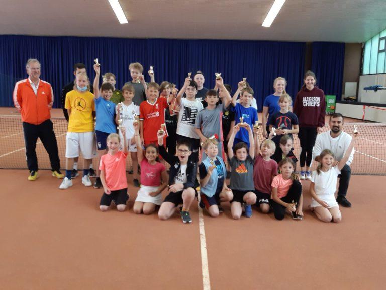 Teilnehmer und Trainer des Tenniscamps zum Abschluss der Siegerehrung